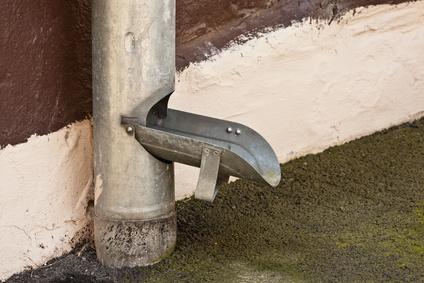 Geffnete Regenwasserklappe an einem verzinkten Fallrohr